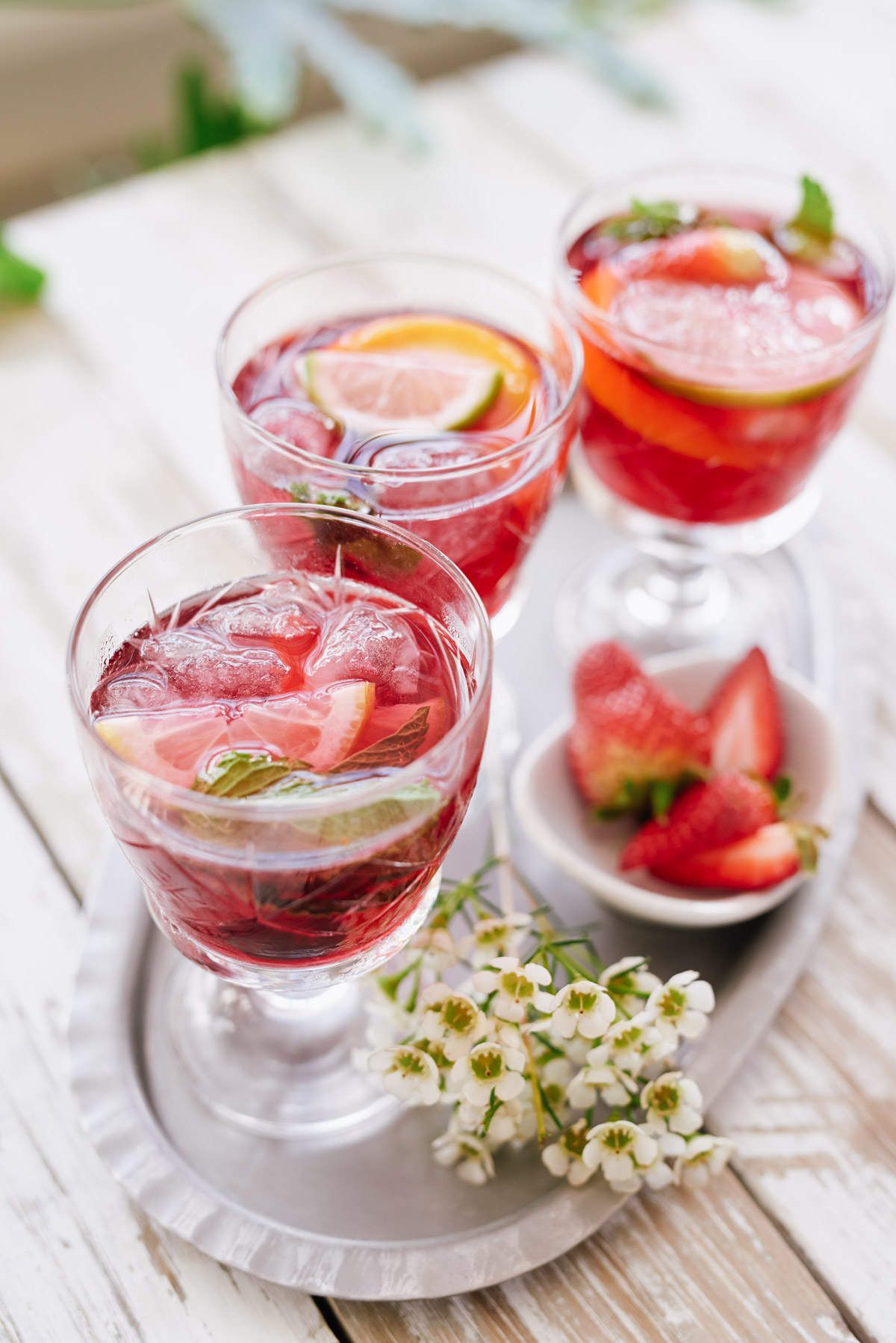 How to Make Sangria - Easy Recipe for Making This Popular Party Punch -- Cocktails by @frostedevents frostedblog