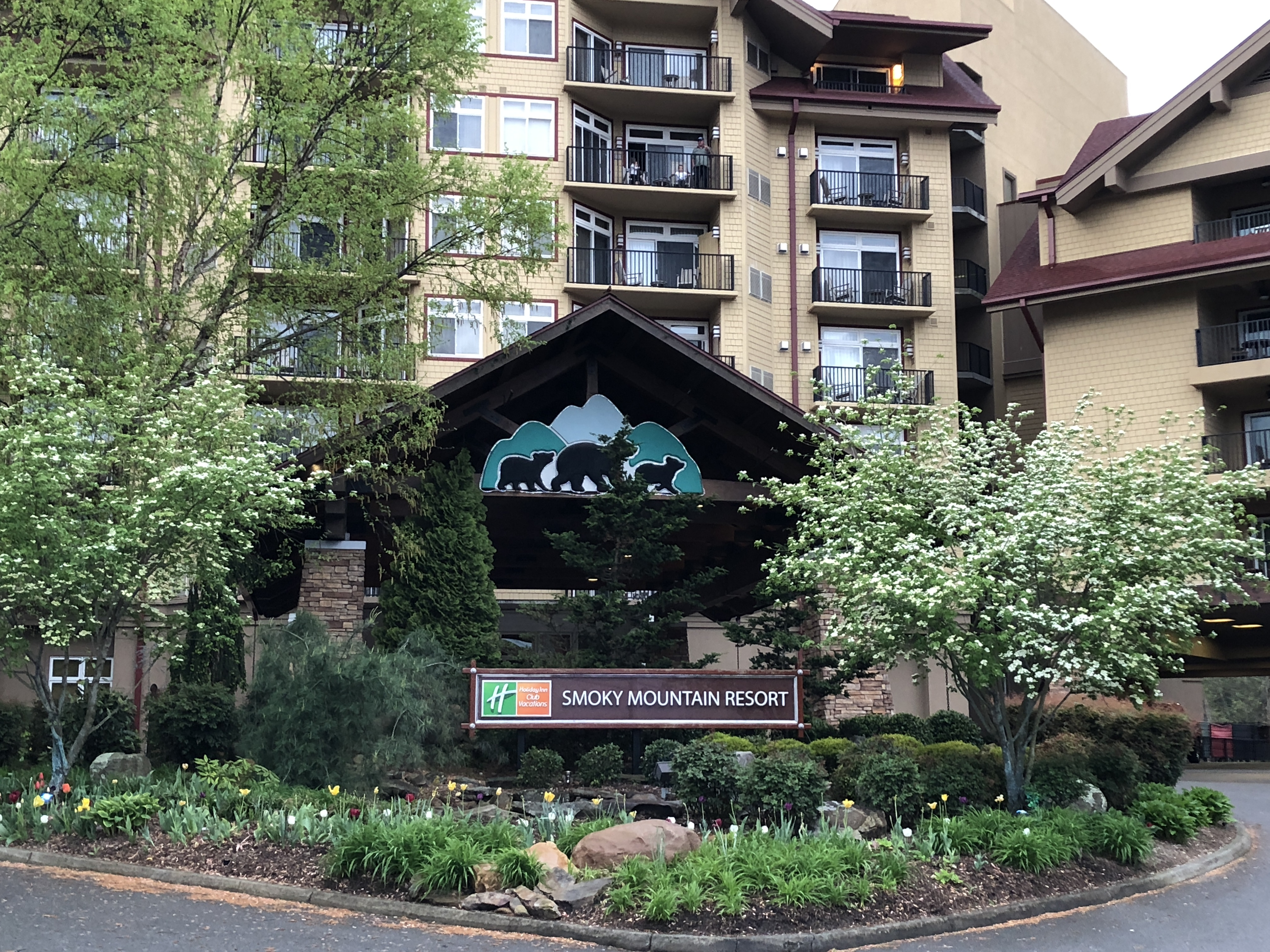 Gatlinburg TN - Visit Tennessee - Holiday Inn Smoky Mountain Resort - Gatlinburg Hotels - Fun Things to Do in Gatlinburg, TN With Kids - Gatlinburg attractions and family friendly places via Misty Nelson travel blogger, family travel blog @frostedevents - Holiday Inn Vacation Club Resorts
